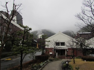 After reporting to the customer reception and confirming your appointment, you will be directed to the Yamazaki Whisky Museum (the white building on the right), which is where the tours start.